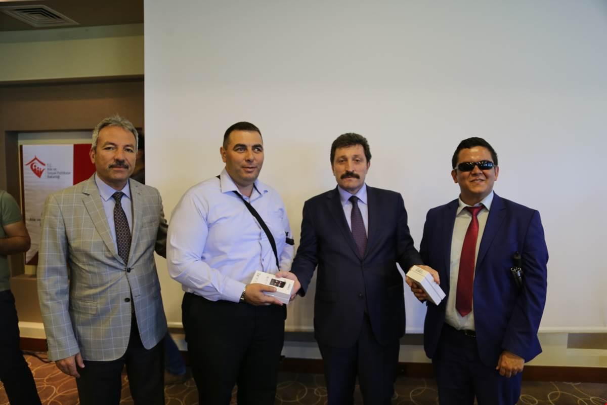 """Vali Orhan TAVLI, 85 Görme Engelliye """"Gören Göz"""" Cihazı Dağıttı"""