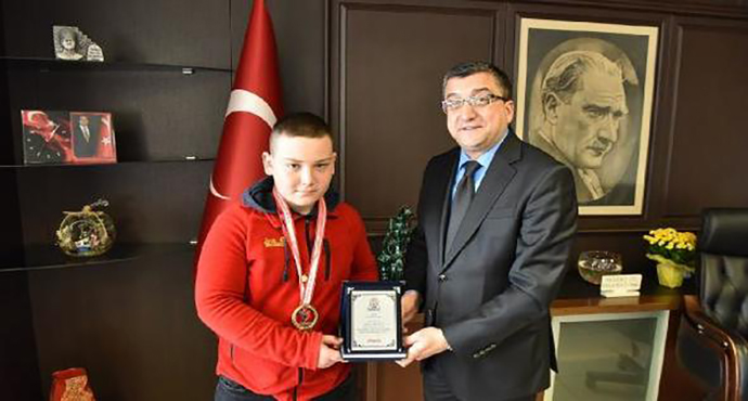Başkan Öz, Belediyenin şampiyon güreşçisini ödüllendirdi
