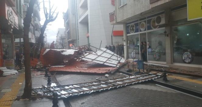 Çanakkale'de Şiddetli Fırtına Apartmanın Çatısını Uçurdu