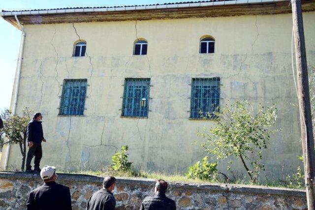 Depremde Hasar Gören Cami İbadete Kapatıldı