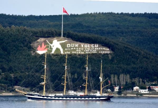 Dünyanın İkinci Büyük Yelkenli Eğitim Gemisi Çanakkale Boğazı'ndan Geçti