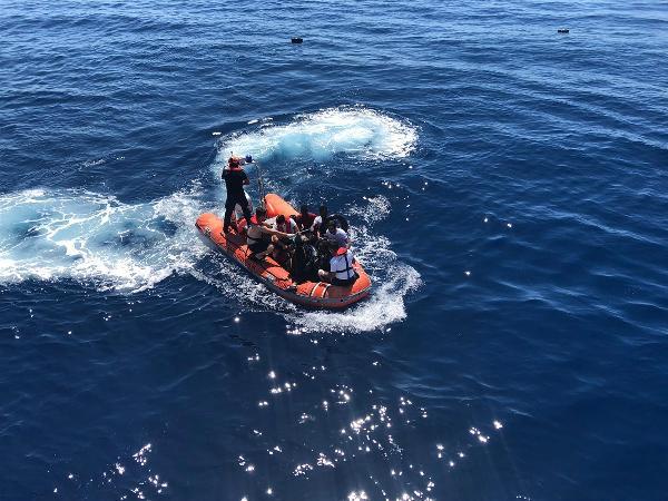 Lastik Bot Battı, 27 Kaçak Göçmeni Sahil Güvenlik Kurtardı