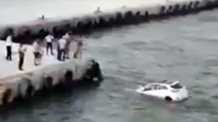 Otomobil Denize Düştü, Suya Atlayıp, İçinde Biri Olup Olmadığını Kontrol Etti