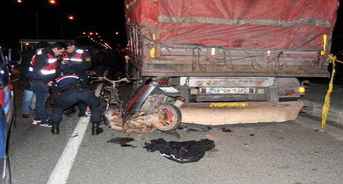 Park Halindeki Kamyona Çarpan Motosikletli Öldü