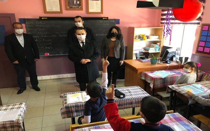 Vali Aktaş Kayadere Köyü'nde İlkokul Öğrencilerini Ziyaret Etti