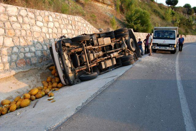 Virajı alamayan kamyon yola devrildi