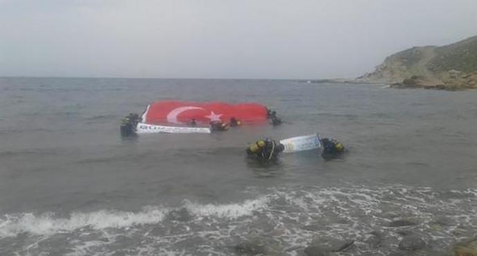 Guinness rekortmeni Cem Karabay, su altında dev Türk bayrağı açtı