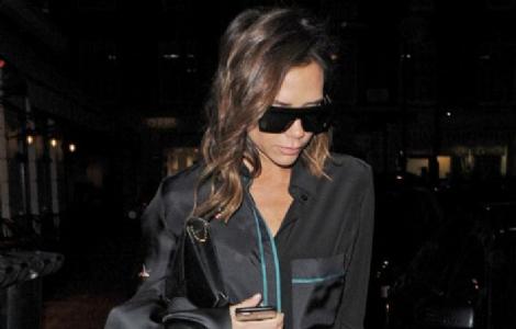 Victoria Beckham Londra Sokaklarında Saten Pijamasıyla Boy Gösterdi