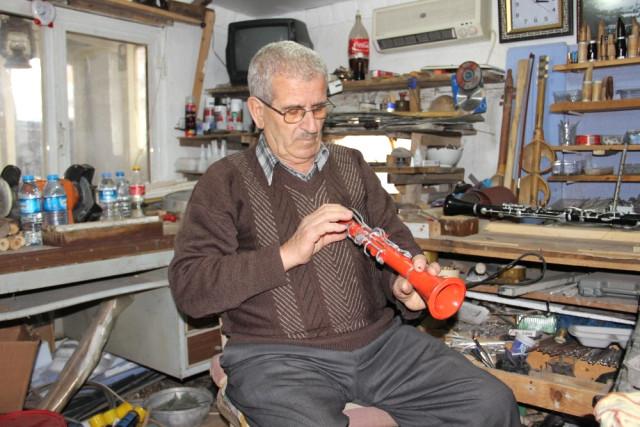 Kesici Aletler ve Zımpara Kullanarak Tamamen El İşçiliğiyle Klarnet Yapıyor
