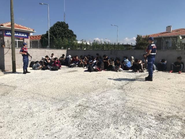 Çanakkale'nin Ayvacık ilçesinde bir minibüste 45 mülteci yakalandı