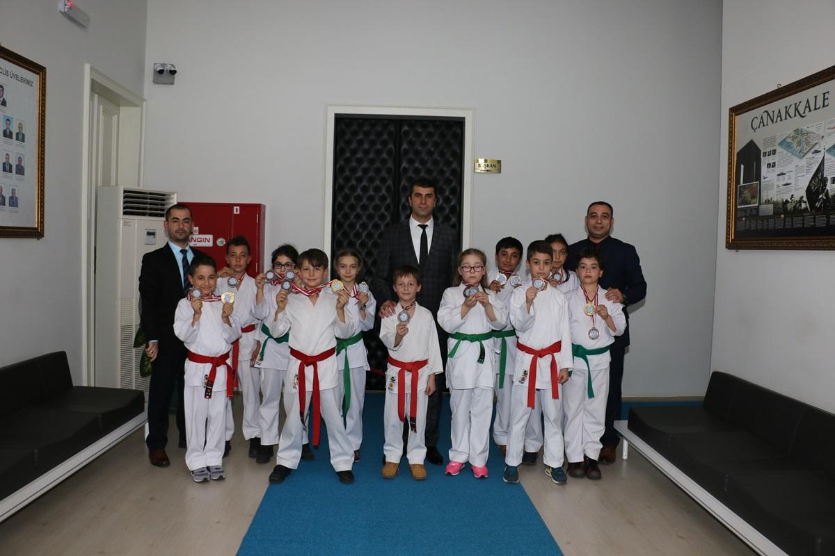 Karate'de Madalya Kazanan Sporcular Başkan ARSLAN'I Makamında Ziyaret Etti