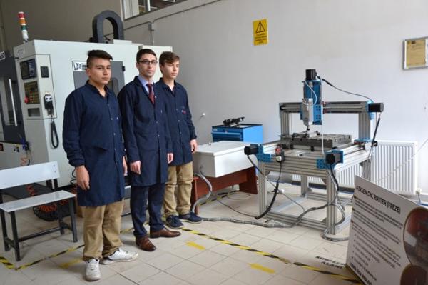 Okulda Öğrencileriyle Birlikte Cnc Router Makinesi Yaptı