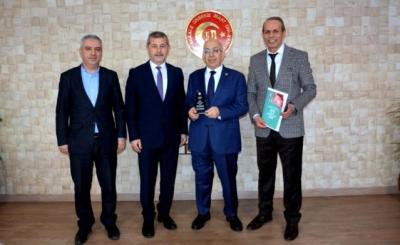 Araştırma Proje Eğitim Kooperatifinden ÇOMÜ Rektörü Prof. Dr. Sedat Murat'a Plaket