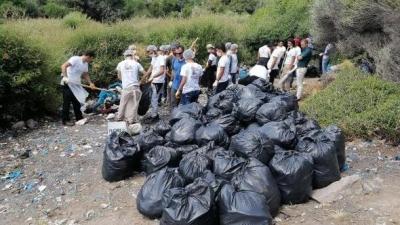Assos, kaçak göçmenlerden kalan çöplerden temizleniyor