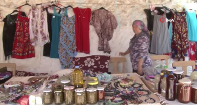 Ayvacık kadınları evlerinde yaptıkları ürünleri satarak ev bütçesine katkı sağlıyor.