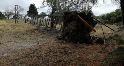 Ayvacık'ta fırtına çatıları uçurdu, ağaçları ve direkleri devirdi.