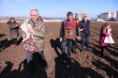 Başkan Gökhan, Bin Yıllık Miras Karakılçık Buğday Tohumunu Toprakla Buluşturdu