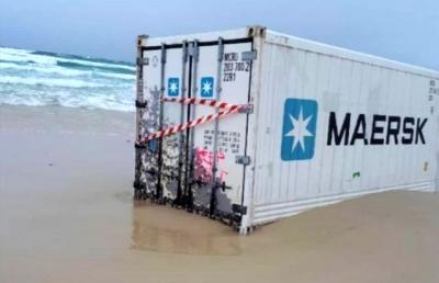 Bozcaada Açıklarında Denize Düşen Konteynerlerden Biri Kıyıya Vurdu
