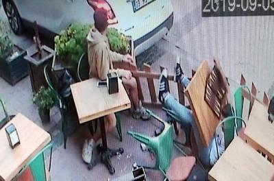 Çanakkale Geri Manevra Yaparken, Kafede Oturan İki Kişiye Çarptı